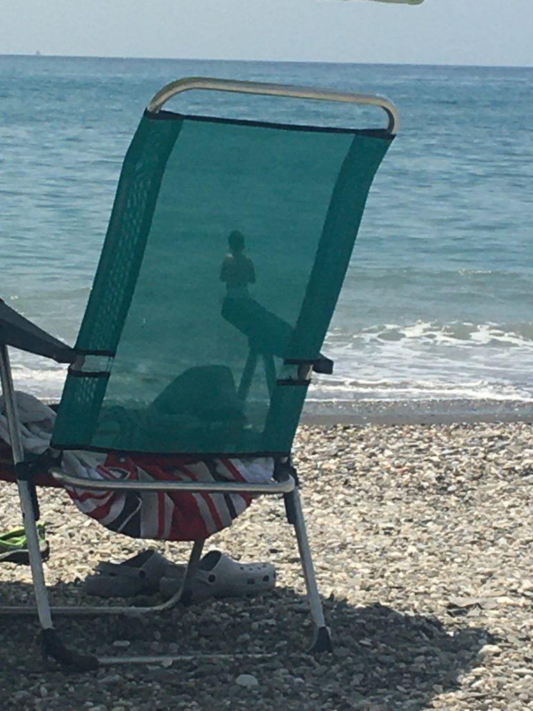 Disfrutar del juego en la playa desde la hamaca